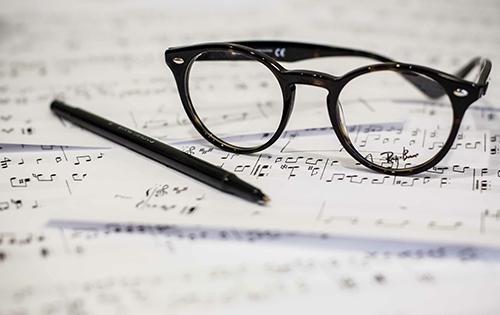 Brille und Stift auf einem Notenblatt