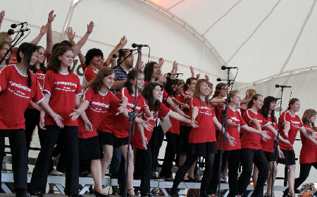 Kinderchor mit roten T-Shirts auf der OpenAir Bühne