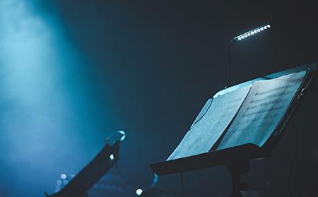 Notenpulte vor blauer Bühnenbeleuchtung