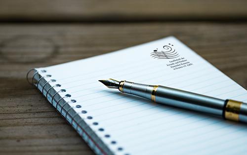 Notizblock mit GFF-Logo und Füller
